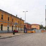 """Stazione FS Milano S. Cristoforo. Sullo sfondo la torre """"7° cielo"""" in p.za Tirana"""